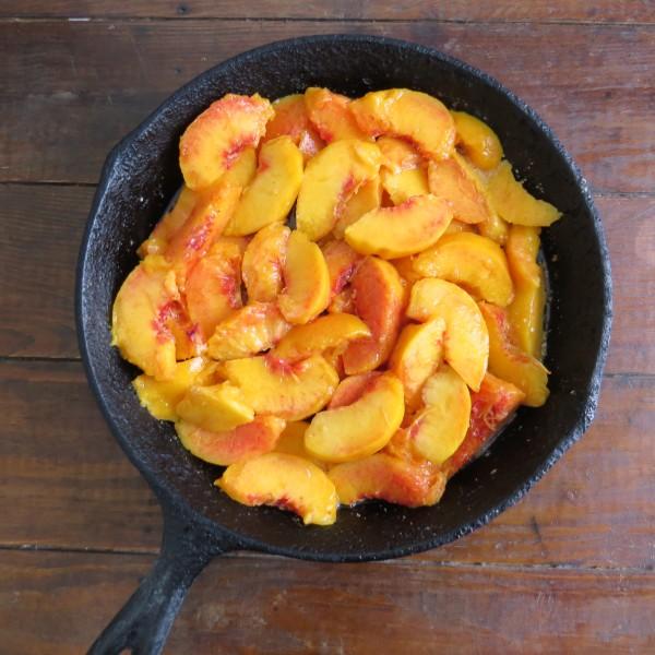 super easy skillet peach cobbler
